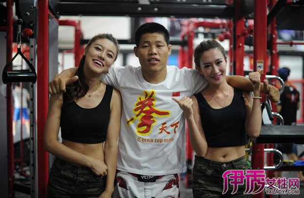 【易车】UFC李景亮与观致陆战队美女亲密互