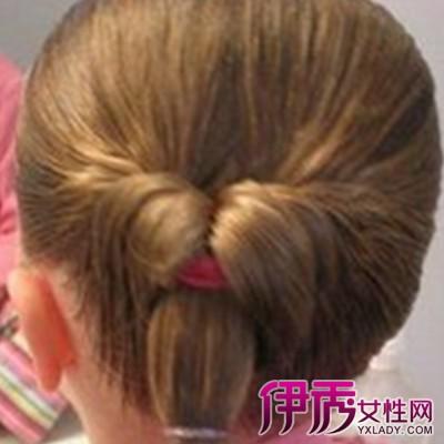 二、 最新儿童发型一 清爽的偏分露额设计为主将小萝莉的长发进行精致的双辫子编发与盘发设计,在搭配一个精致的发饰更显小萝莉的清新唯美风。这是一款很是可爱气质感的2015儿童发型。 最新儿童发型二 厚重的齐刘海造型来凸显出小女生的萌态感,乌黑亮丽的自然发色与中长的设计,加上头顶米奇的帽子更显小女生的可爱,这是一款可爱中更添时尚感的儿童发型。 最新儿童发型三 这是一款很有小大人气质感的一款最新儿童发型,精致的辫子编发与蝴蝶结的发箍显得真个人可爱灵动感十足,加上清新田园的空气式刘海造型增添的小女生的大方感。 最