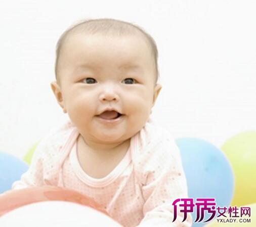 宝宝发烧时主要以物理降温为主,保持家中的空气流通,维持房间温度在25-27之间;另外可以为宝宝温水拭浴,即将宝宝身上衣物解开,用温水(37)毛巾全身上下搓揉;多给宝宝喝水,如果宝宝体温(肛温或耳温)超过38.5时,可以适度的使用退烧药水或栓剂。 1、维持家中的空气流通:若家有冷气,维持房间温度于25-27之间。可将宝宝置于冷气房中或以电扇绕转着吹,使体温慢慢地下降,宝宝也会感觉舒适些。但如果其四肢冰凉又猛打寒颤,则表示需要温热,所以要外加毛毯覆盖。但爸妈要切记,一定不能让宝宝正对着空调和电风扇
