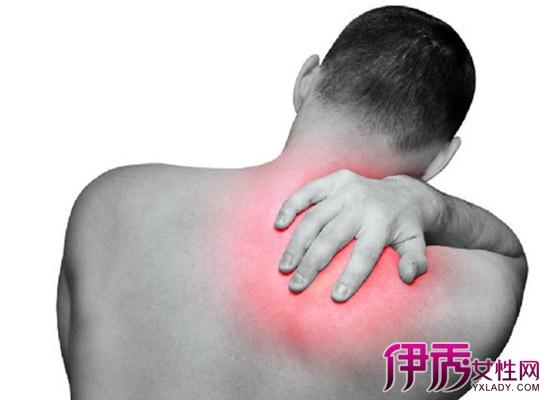 右肩膀疼痛是什么原因 右肩膀疼痛的治疗方法 右肩膀酸痛是肝癌吗 右图片