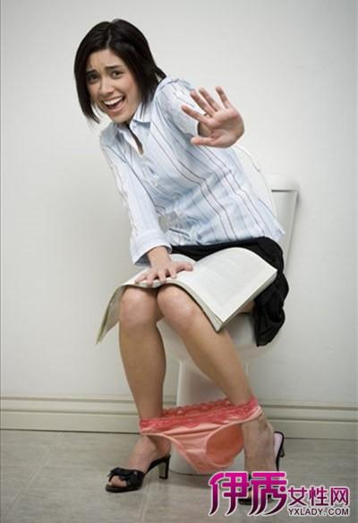 女人蹲着上厕所